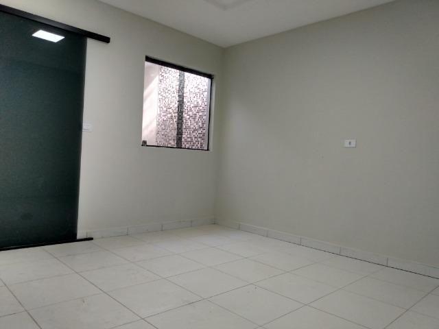 Casa tipo duplex 2 suítes, varandão, garagem coberta com cisterna e quintal Gigante - Foto 3