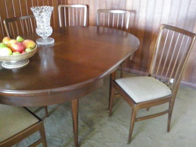 Mesa expansível e cadeiras de madeira