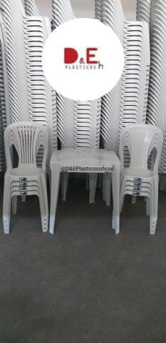Conjunto de Mesa e Cadeiras Plásticas, R$125,00. Dividimos em até 6x Sem Juros