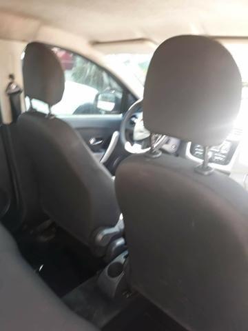 Logan sedan com gás