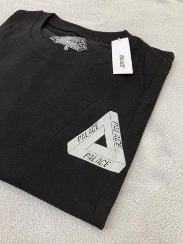 Camiseta Palace Logo Refletivo Tee (SS21) Branca - Foto 3
