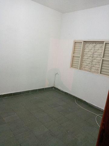 Aluga 2 cômodo c garagem 700 com contrato  - Foto 2