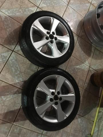 Roda com pneu meia vida do corola