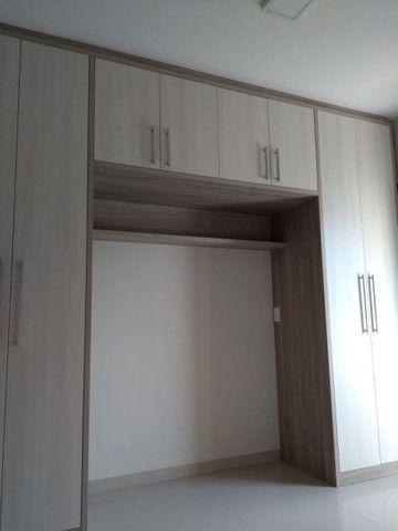 Aluga apt. próximo da U.E.M. com suite mais um quarto, garagem e elevador - Foto 13