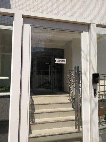Aluga apt. próximo da U.E.M. com suite mais um quarto, garagem e elevador - Foto 3