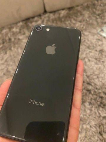 Vendo ou troco iPhone 8 - Foto 2