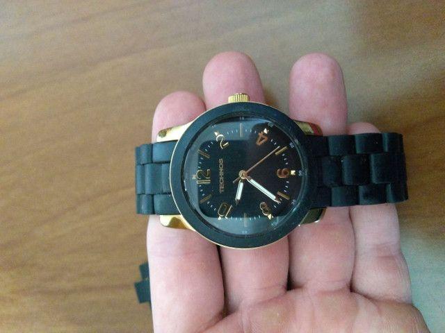 Relógio TECHNOS feminino preto e dourado - Foto 2