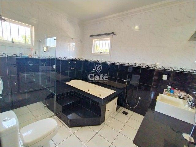 Casa possui 356,07 m² útil, com 4 amplos dormitórios, 2 Suítes sendo 2 master, piscina e s - Foto 18