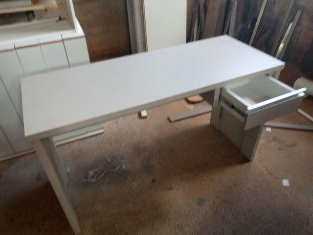 Mesa escrivaninha com gaveta
