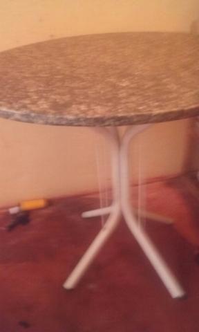 Ar condicionado Electrolux 10.00bts e uma mesa redonda de marmore