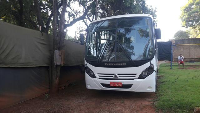 Vendo micro ônibus 28 lugares com Porta para cadeirantes com elevador - Foto 2