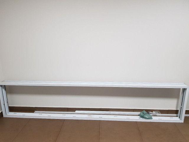 Janela de Alumínio 320x70 branca linha Gold com tela mosqueteira - Foto 2