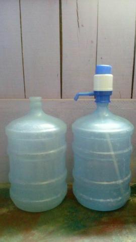 Vende-se 2 garrafões de água dentro da validade
