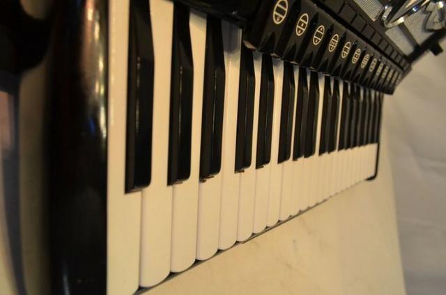 Acordeon accordiola, 120 baixos, mod piano v grand luxe 5ª/5ª voz duplo cassotto - Foto 5