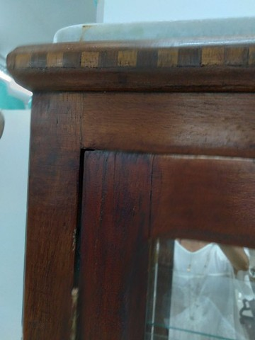Cristaleira antiga de madeira maciça com mármore em cima - Foto 4
