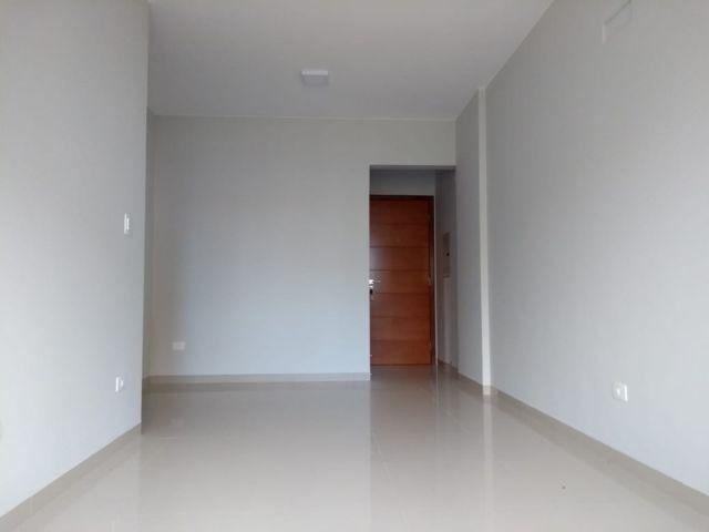Aluga apt. próximo da U.E.M. com suite mais um quarto, garagem e elevador - Foto 8