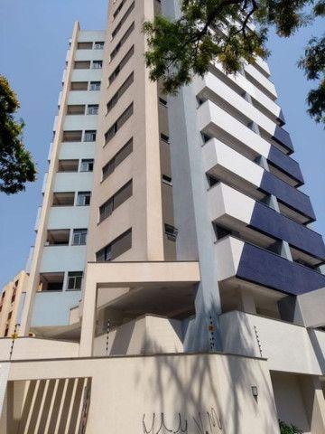 Aluga apt. próximo da U.E.M. com suite mais um quarto, garagem e elevador