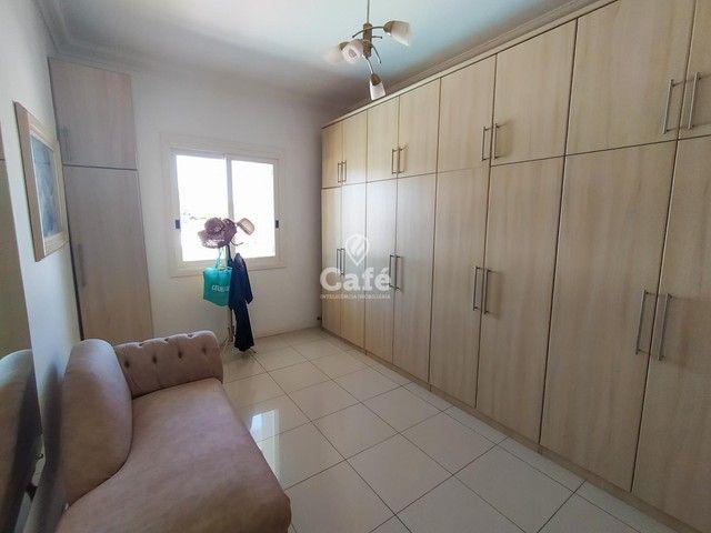 Casa possui 356,07 m² útil, com 4 amplos dormitórios, 2 Suítes sendo 2 master, piscina e s - Foto 17