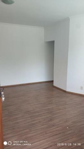 Kitnets com cômodo amplo para dois ambientes (sala e quarto), cozinha com gabinete - Foto 3
