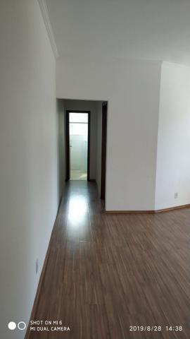 Kitnets com cômodo amplo para dois ambientes (sala e quarto), cozinha com gabinete - Foto 5