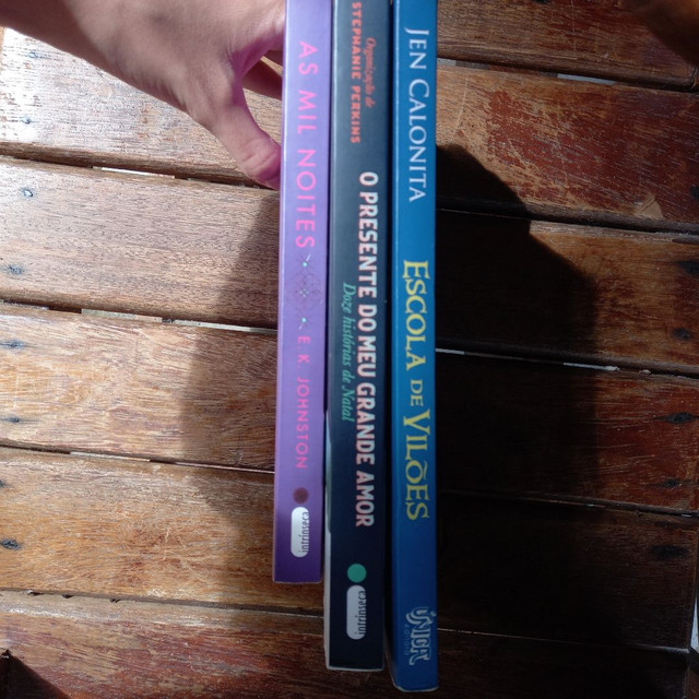 3 livros pelo preço de 2, 2 Romances e 1 de aventura - Foto 2