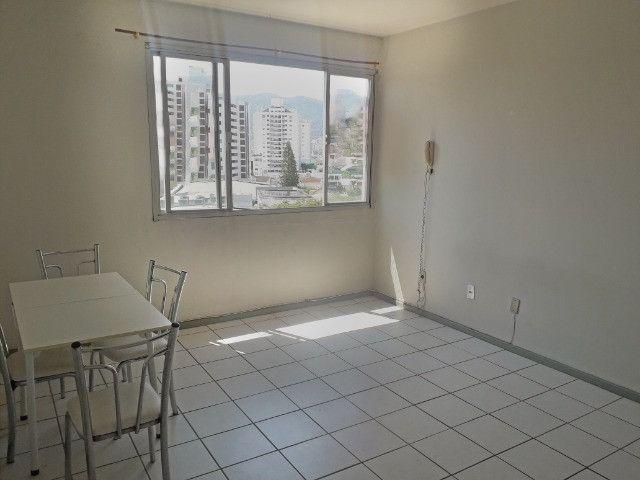 Aluguel de apartamento semimobiliado 1 dormitório com garagem bem localizado na Trindade - Foto 2