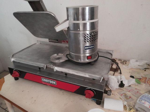 Chapa de fazer hambúrguer e um maquinário de fazer suco de laranja