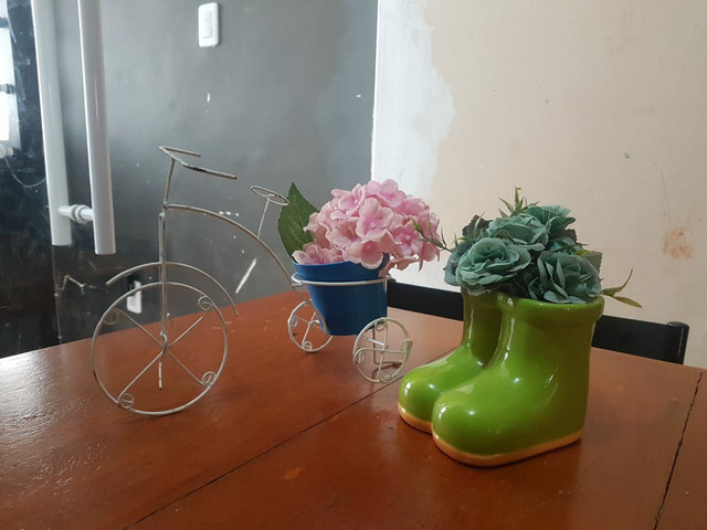 Bicicleta com vaso e flores,  bota  emporcelanas flores  para enfeitar festinhas infantis