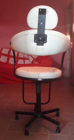 Cadeira cabeleireiro  branca  - Foto 2