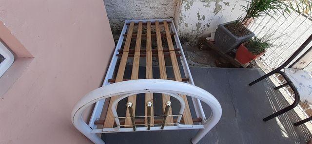 Cama de solteiro de ferro