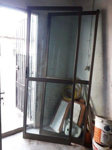 Porta e janelão de alumínio, bronze e vidro. - Foto 6