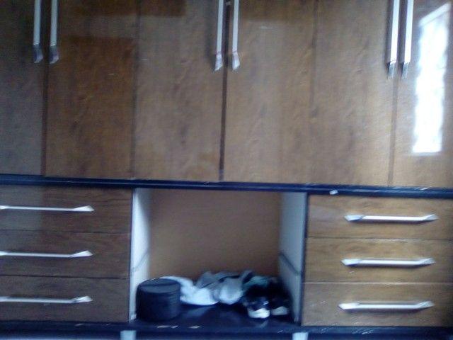 Vendo guarda roupa bonzinho madeira bruta pecadinho ele mais ele tá completo  - Foto 2