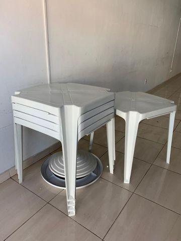 Jogo de mesas e cadeiras plásticas por R$ 130,00 cada