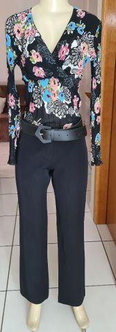 Blusa manga longa preta estampada em tecido plissado e decote em V. Tam P - Foto 2