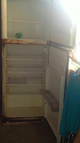 Vende-se geladeira quebada