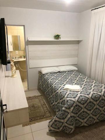 Aluga-se quarto suíte mobiliada p/ moças - Foto 4