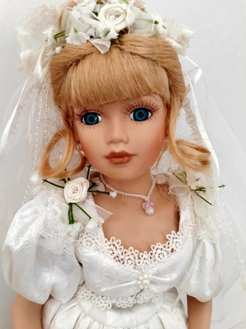 Boneca importada de porcelana