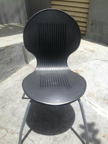 Cadeiras de plastico pretas com pés de aço Antares