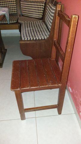 Vendo mesa com 6 cadeiras todas em madeira maciça - Foto 2
