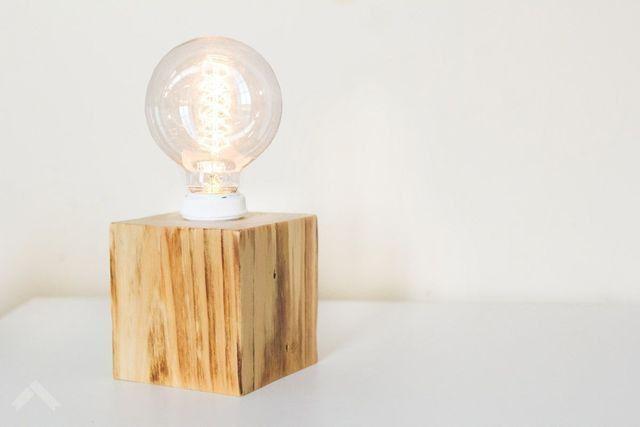Luminária de mesa - em cubo ou tábua rústica