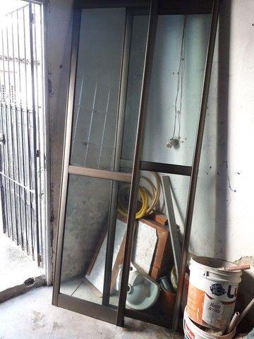 Porta e janelão de alumínio, bronze e vidro. - Foto 4