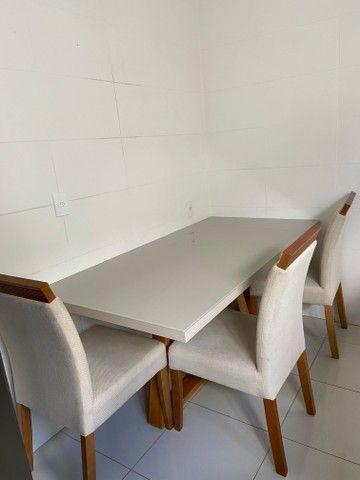 Vendo mesa com 6 cadeiras off white (Madeira maciça)
