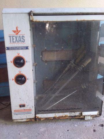 Churrasqueira a gás que gira os espetos na eletricidade