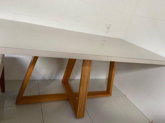 Vendo mesa com 6 cadeiras off white (Madeira maciça) - Foto 2
