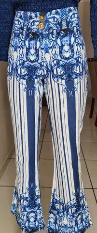 Calça trabalhada com estampa bordada do cós e barra e listras ao longo das pernas! Tam 38 - Foto 2