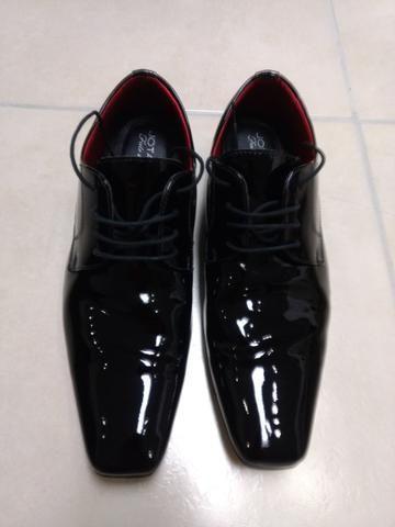 Sapato de couro envernizado