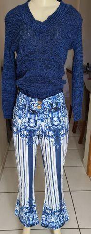 Calça trabalhada com estampa bordada do cós e barra e listras ao longo das pernas! Tam 38