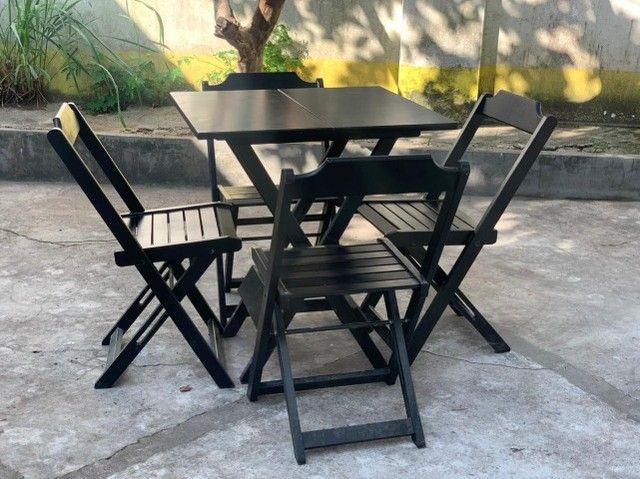 Mesa de madeira com cadeiras para seu bar, jogos de mesas. Conjunto de mesa