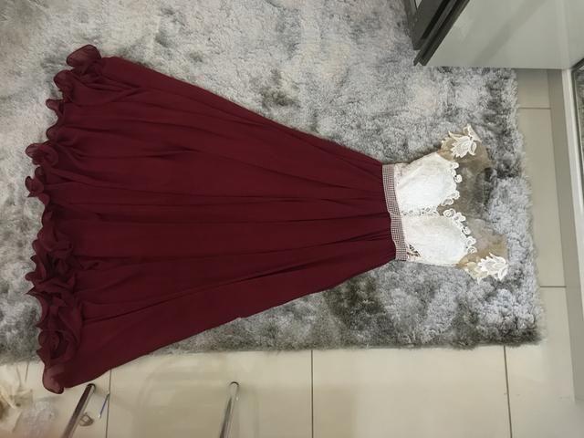 Vestido de festa - renda + aplicação + saia rodada bordô