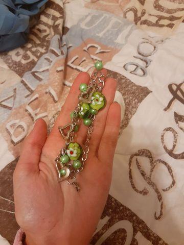 Pulseira verde com pingentes